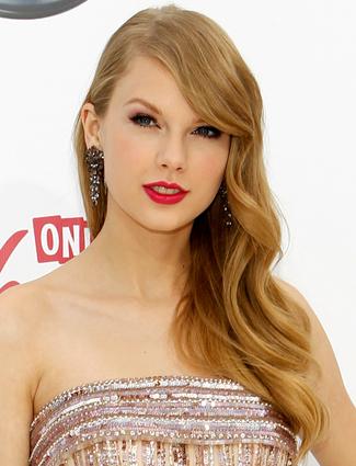 Taylor Swift pelo a un lado